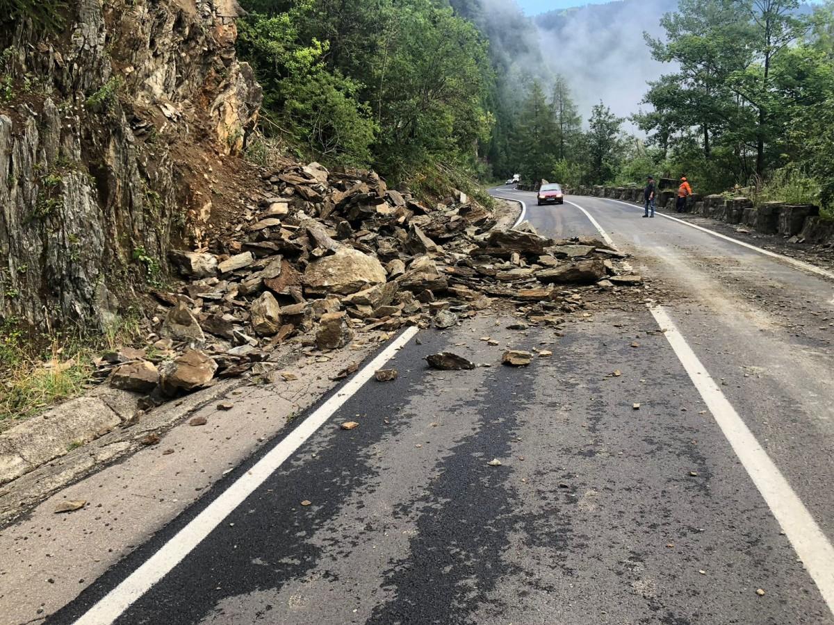 VIDEO Cad pietre pe Transfăgărășan. Sensul de urcare lângă BâleaCascadă e blocat
