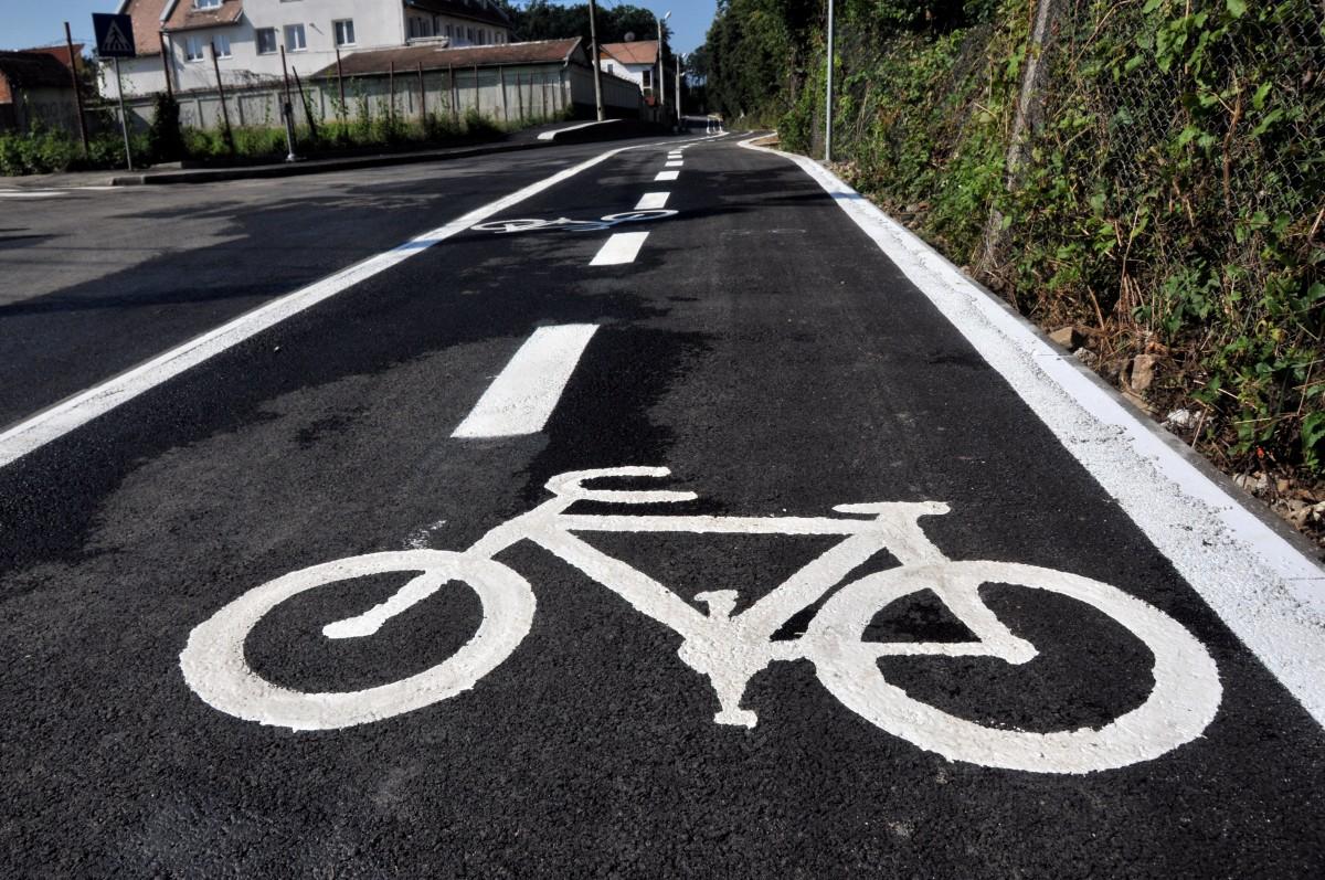 Prima pistă de biciclete care leagă centrul de un cartier al Sibiului: sigură și separată de pietoni și mașini