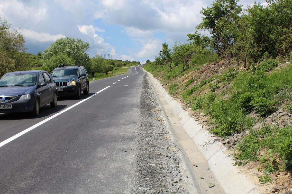 Drumul de opt km dintre Poiana Sibiului și Dobârca a ieșit din garanție | Foto