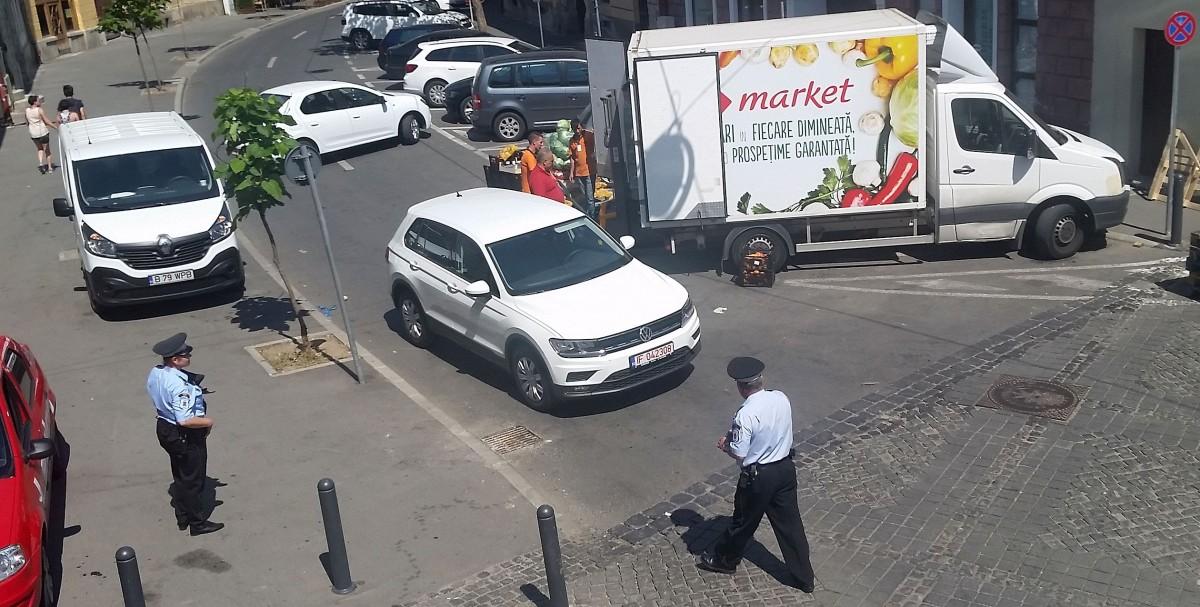 """FOTO-VIDEO A lăsat mașina """"pe avarii"""" în mijlocul drumului și a plecat. În centrul istoric"""