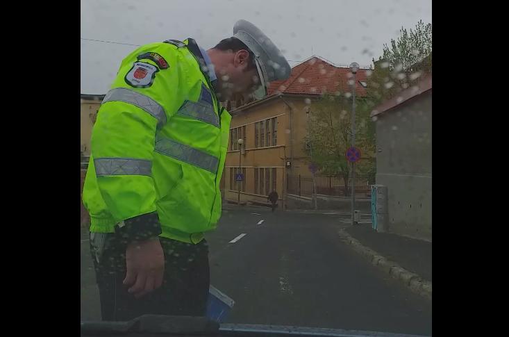 VIDEO-Șofer amendat de Poliția Locală Sibiu. Mai întâi fuge de agenți, apoi se ceartă cu ei