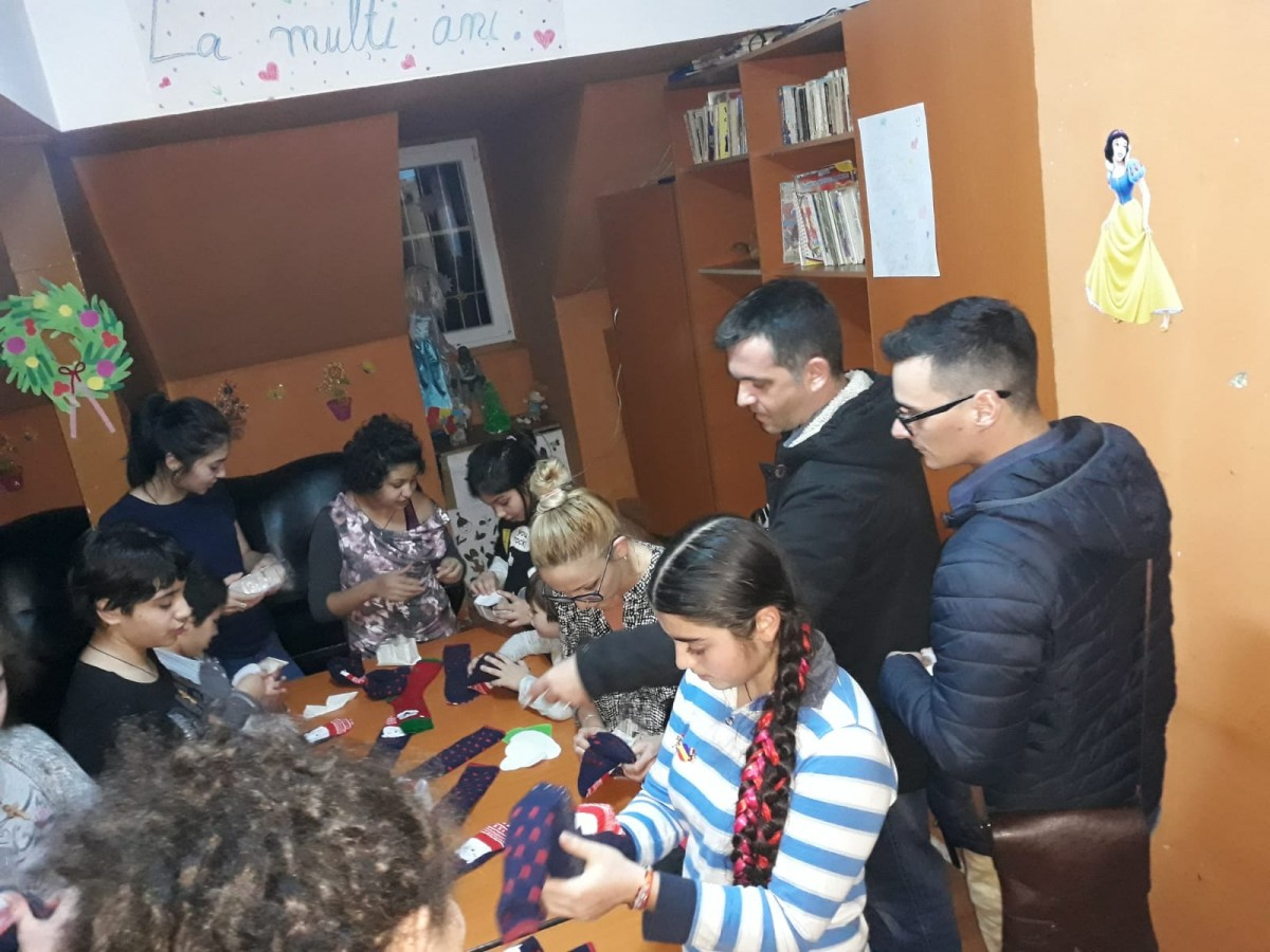 """Social-democraţii sibieni au fost ajutoarele lui Moş Nicolae pentru copiii din cadrul centrului """"Prichindelul"""" (CP)"""