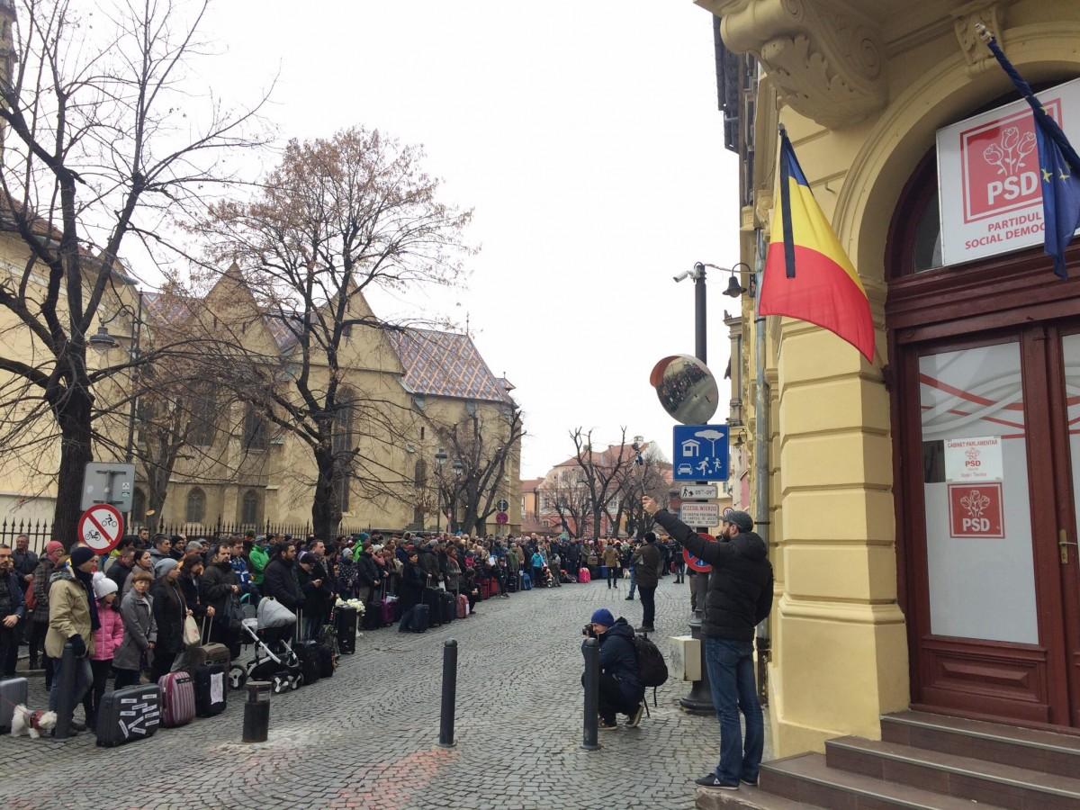 FOTO Protestele #vavedemdinSibiu. Aproape 700 de sibieni, cu bagajele în fața sediului PSD