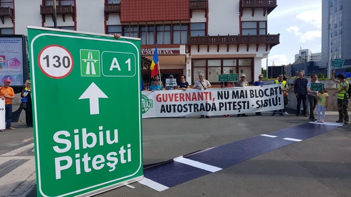 """""""Sibiu-Argeș-România-Europa"""". Protest în centrul orașului pentru construcția Autostrăzii Sibiu-Pitești"""