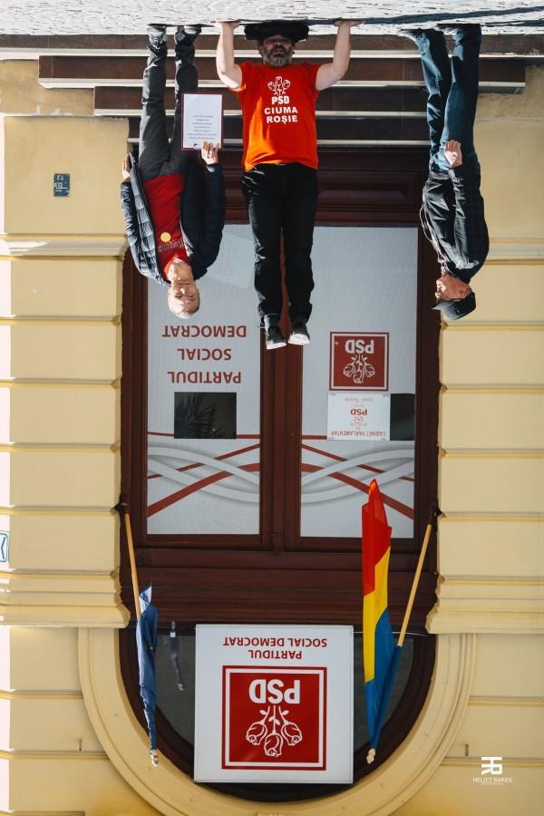 """Vă vedem din Sibiu. Protest """"stând în cap"""" în fața sediului PSD"""