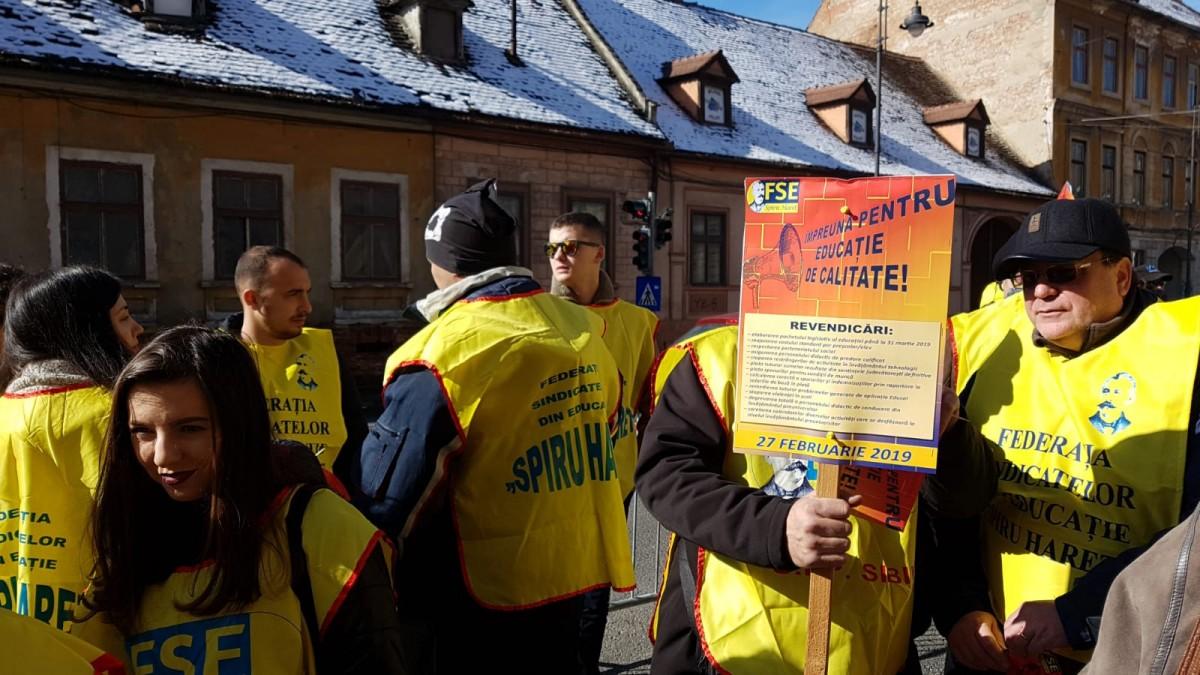 FOTO VIDEO Profesorii sibieni, protestând în fața Prefecturii: În loc de răspunsuri am primit amenințări
