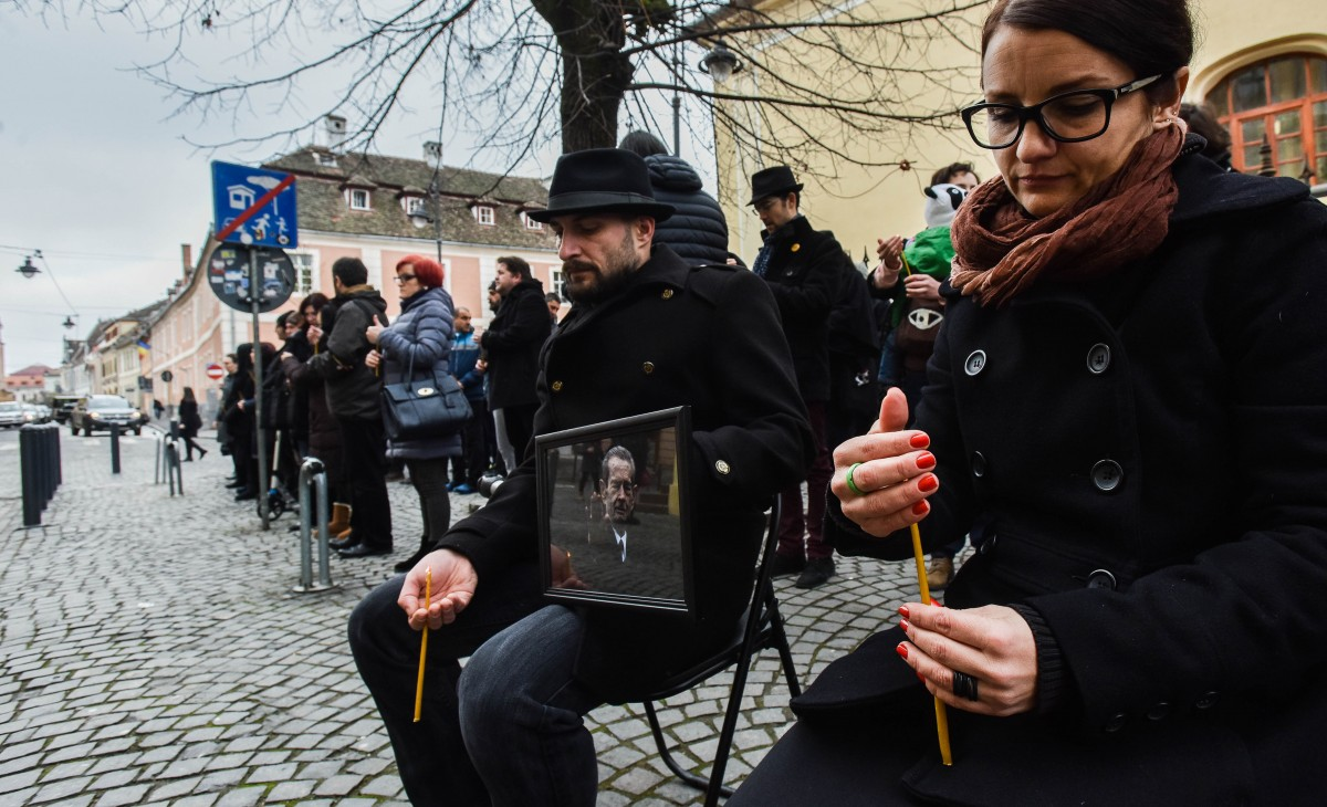 VIDEO FOTO A patra zi de protest în tăcere în fața sediului PSD: doliu, lumânări, revoltă mută