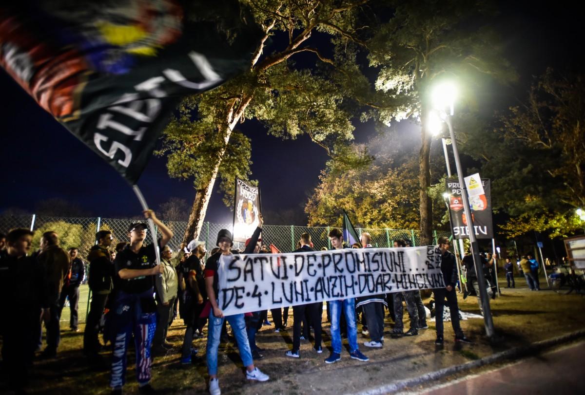 """Proteste la Stadionul Municipal Sibiu. """"Vrem să nu își mai bată joc de noi"""""""