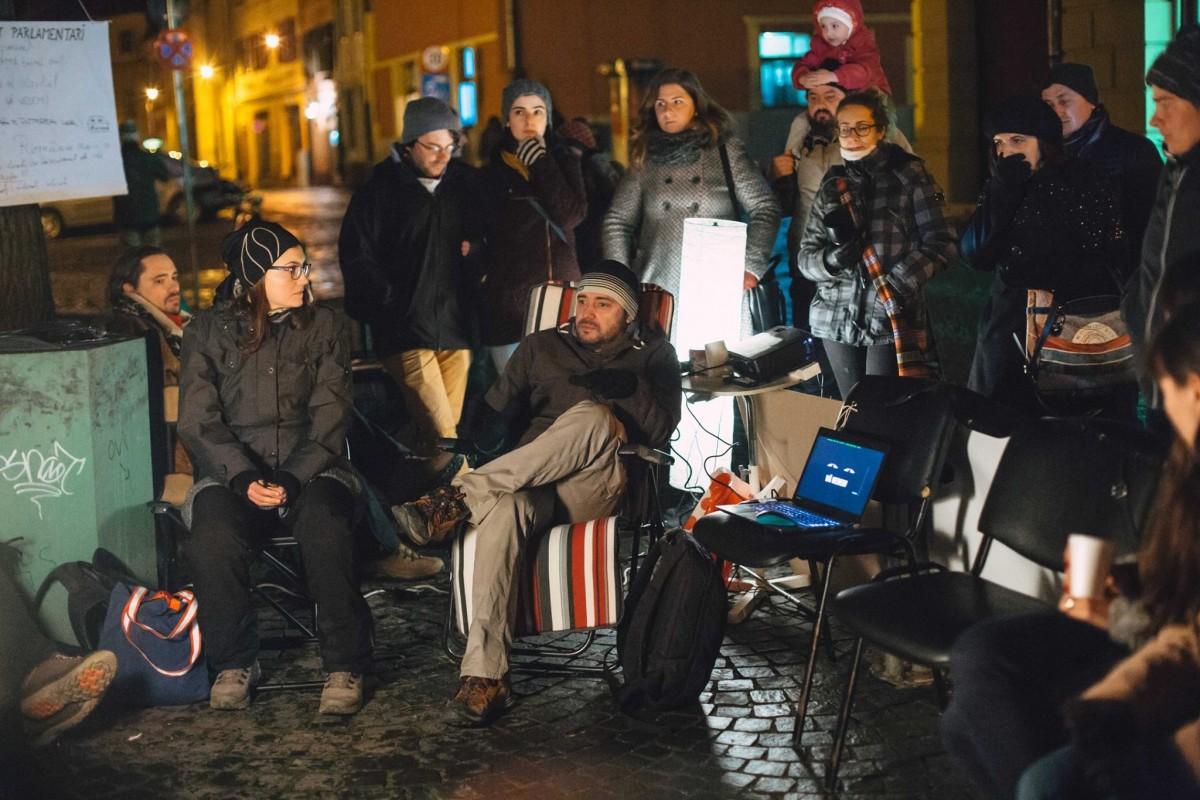 """PSD Sibiu cataloghează drept agresiv protestul din fața sediului lor. """"Nu este normal să nu ne simțim în siguranță într-un oraș european în 2017!"""""""