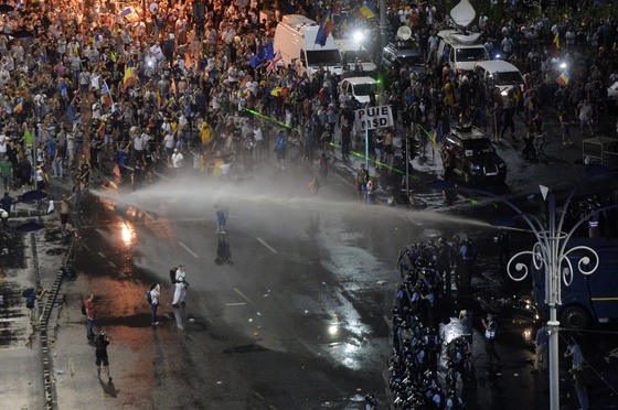 Violențe fără prcedent la protestele din București. Peste 400 de răniți