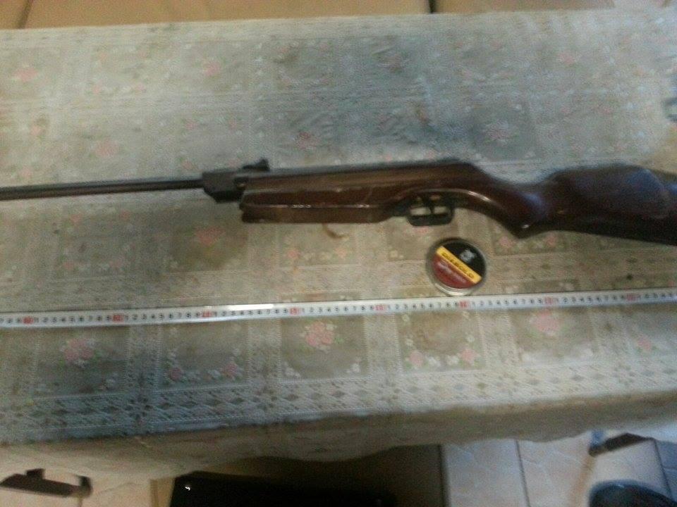 Armă cu aer comprimat confiscată de polițiști. Proprietarul are o pasiune ilegală