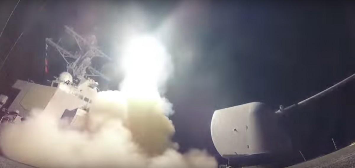 SUA au atacat cu rachete o bază militară siriană ca răspuns la atacul chimic. Cel puţin 4 morţi | video