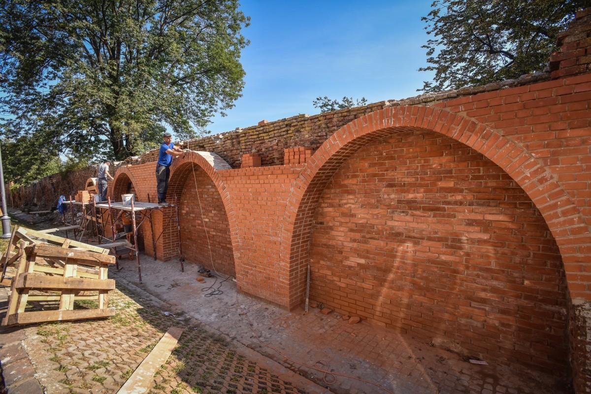 """Actualizare. Direcția pentru cultură acuză Primăria de """"intervenție brutală"""" asupra unui zid de apărare a vechiului Hermannstadt. Reacția Primăriei"""