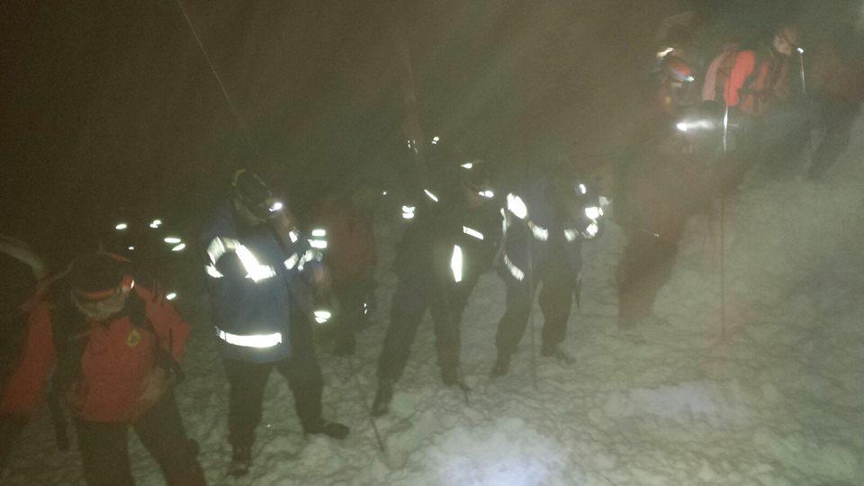 FOTO VIDEO. Avalanșă înMunţii Călimani. Un bărbat a fost salvat, o femeie a murit, iar altreilea salvamontist este încă dispărut