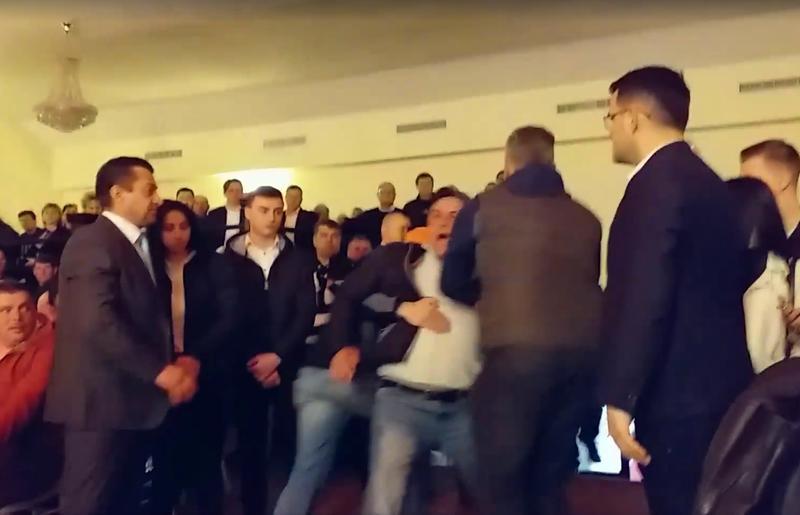 """Scandal la ședința PSD Brăila. Un bărbat a strigat """"Jos PSD!"""" și """"Trădătorilor!"""""""