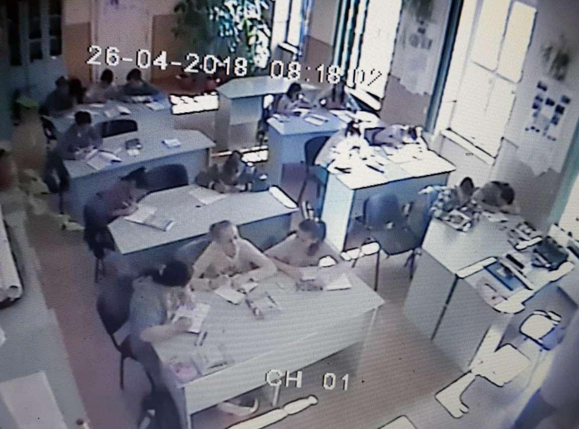 Eleve de generală bătute cu biciul în clasă de un tată furios