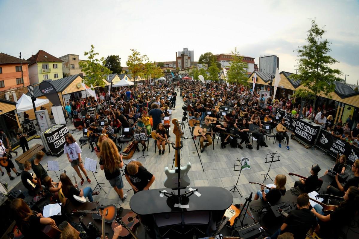 """VIDEO Sibiu Guitar Meeting, cu peste 400 de tineri entuziaști: """"Mulțumim că în 2018 cântați la chitară și nu la laptop"""""""