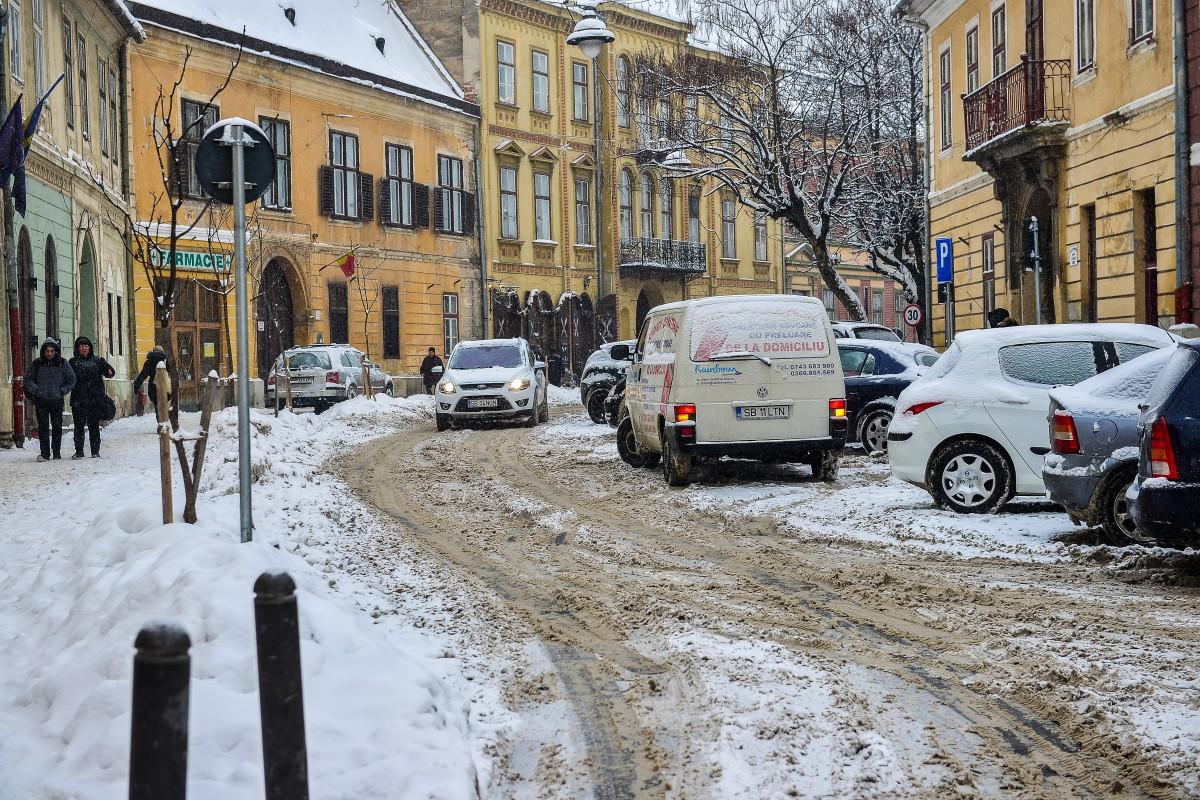 2005. Cea mai grea zăpadă din an: drumuri blocate, curse de avion amânate, oameni accidentați