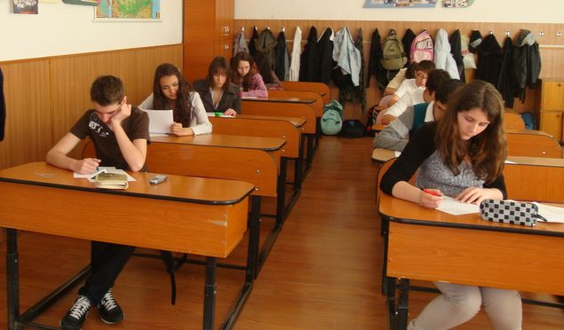 Elev sibian dat afară de la Evaluarea Națională. Profesorii l-au prins cu telefonul