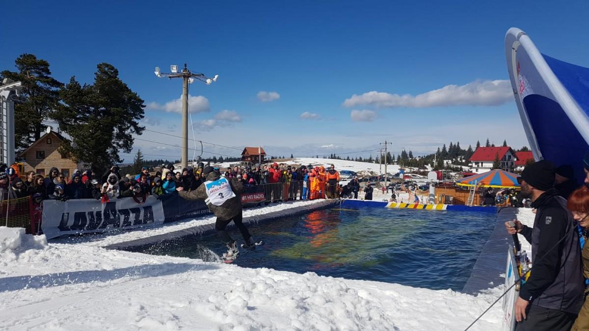 VIDEO Concurs la Păltiniș: pe pârtie și apă cu schiurile, avionul sau păpușa gonflabilă