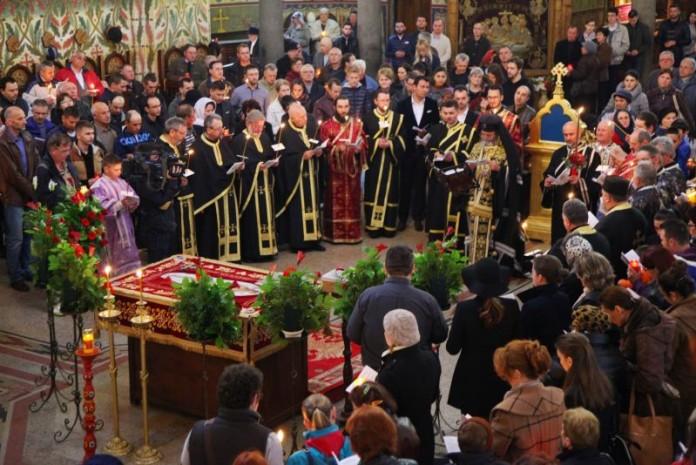 Sute de sibieni au participat aseară la slujba de la Catedrala. Și mai mulți sunt așteptați astăzi