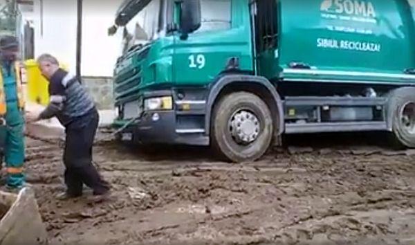 """VIDEO – Nu e concurs off-road, e Soma care colectează gunoiul. """"Facem apel la puțină bunăvoință"""""""