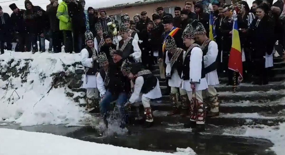 VIDEOTineriidin Tălmăcel l-au scufundat pe deputatul Șovăială în ape reci. Subprefectul abia a fost stropit