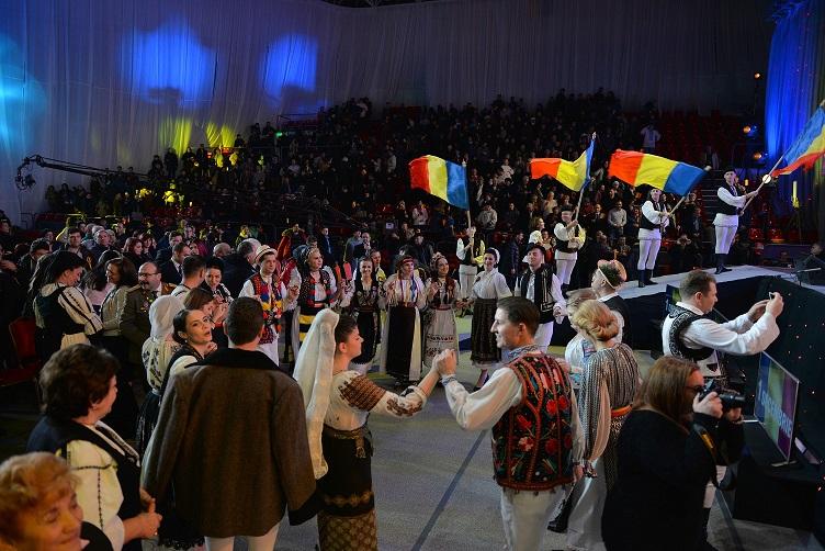 """Invitațiile pentru spectacolul""""Noi suntemromâni!"""", din 1 decembrie, au fost epuizate.Evenimentulse transmite în directpe Etno tv"""
