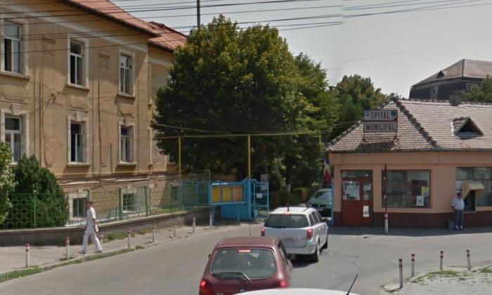 O fetiță de 7 ani s-a dus singură la spital după a fost lovită de o mașină iar șoferul a fugit