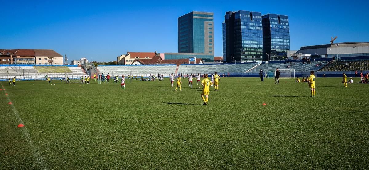 Cu 7 lei de persoanӑ poţi juca fotbal pe