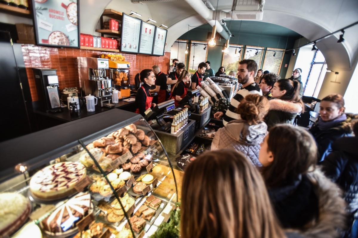 "FOTO-VIDEO Starbucks a deschis la Sibiu. ""Am primit sute, poate chiar mii de CV-uri"""