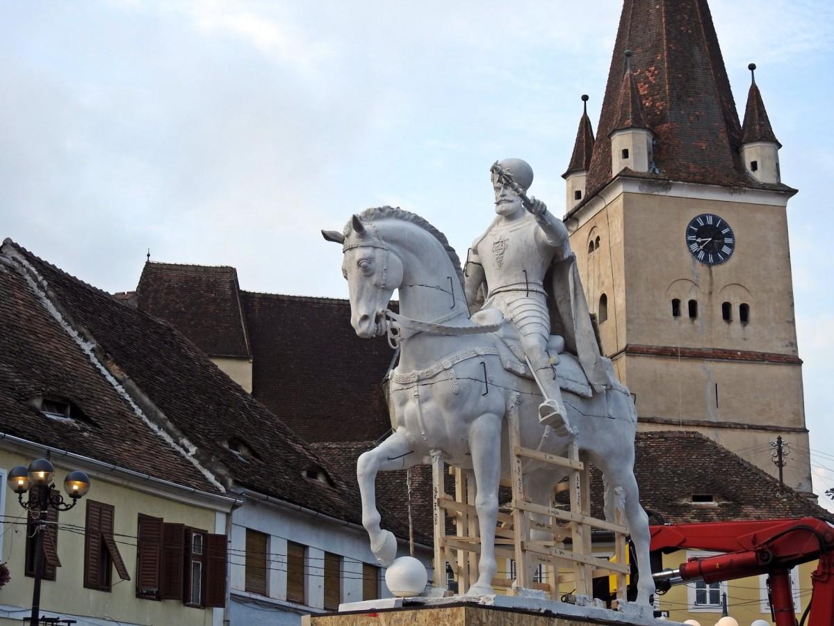 Macheta statuii lui Mihai Viteazul a fost amplasată în centrul Cisnădiei