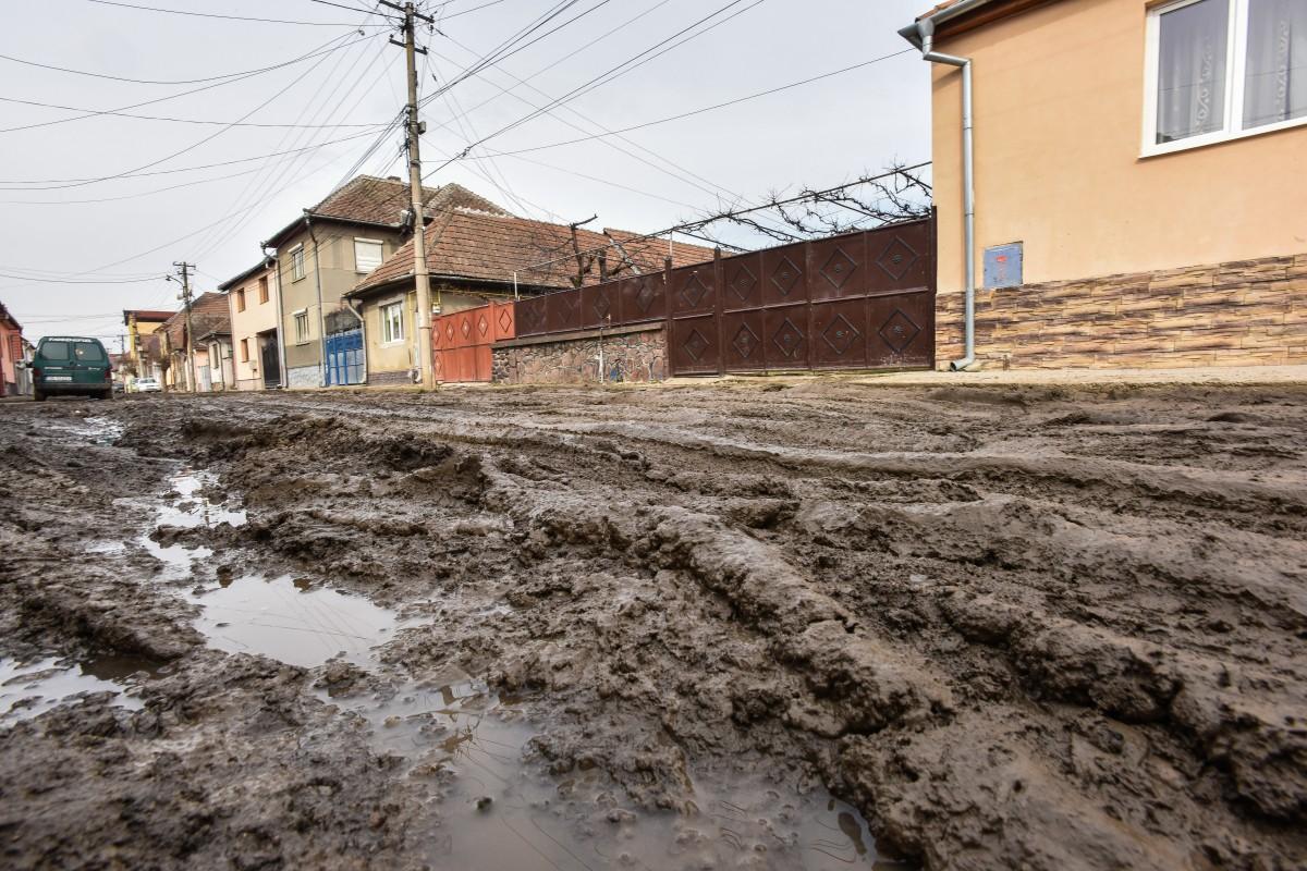 Modernizarea străzilor de pământ din bani împrumutați: Primăria prelungește proiectul cu încă opt străzi și încă doi ani