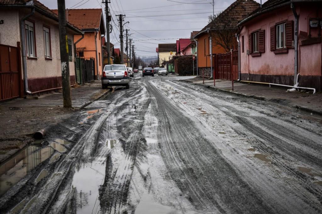 Orașul ca la țară. Câte străzi de pământ mai avem, față de Alba Iulia și Brașov