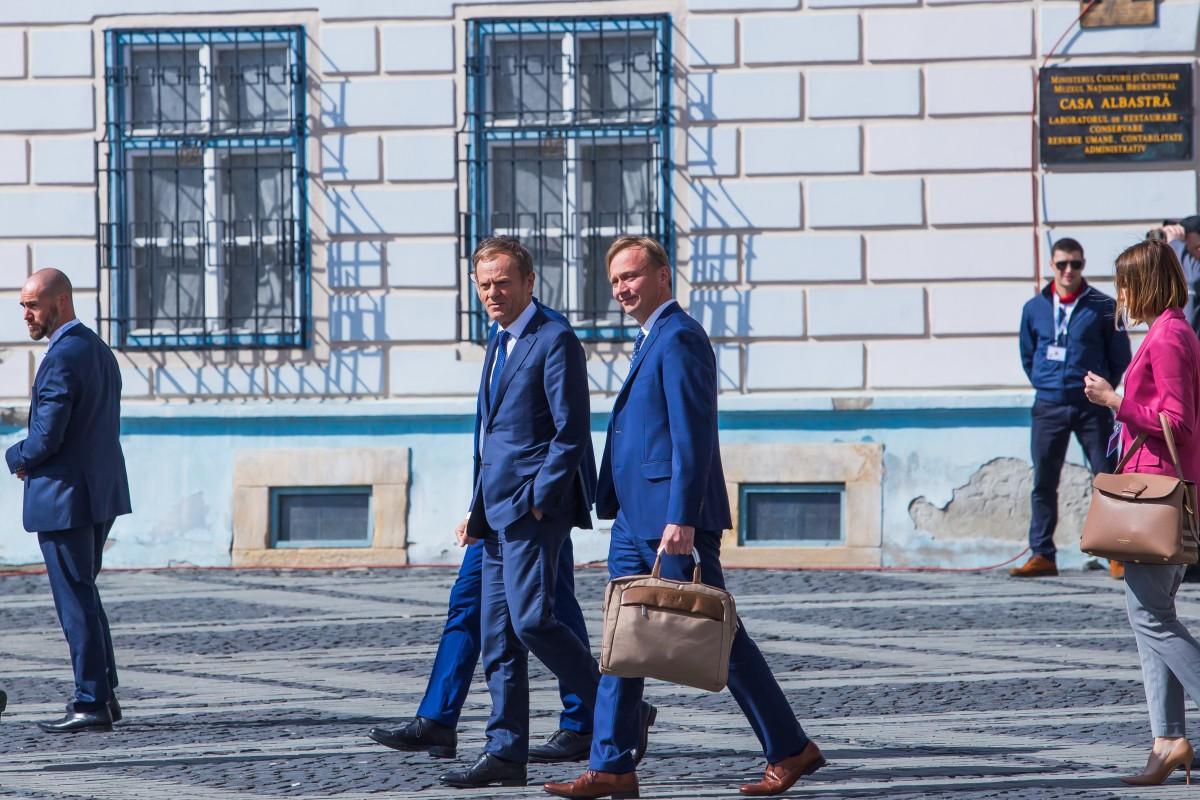 """FOTO Times New Roman, despre """"adevărata Declarație de la Sibiu"""":Junckera cerut 4 mici, Orban - o porție de gulaș"""