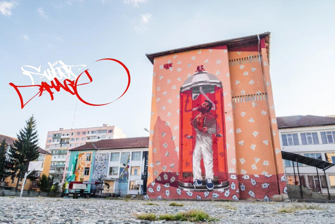 Un grup de bucureșteni desenează pereții Colegiului Economic din Sibiu