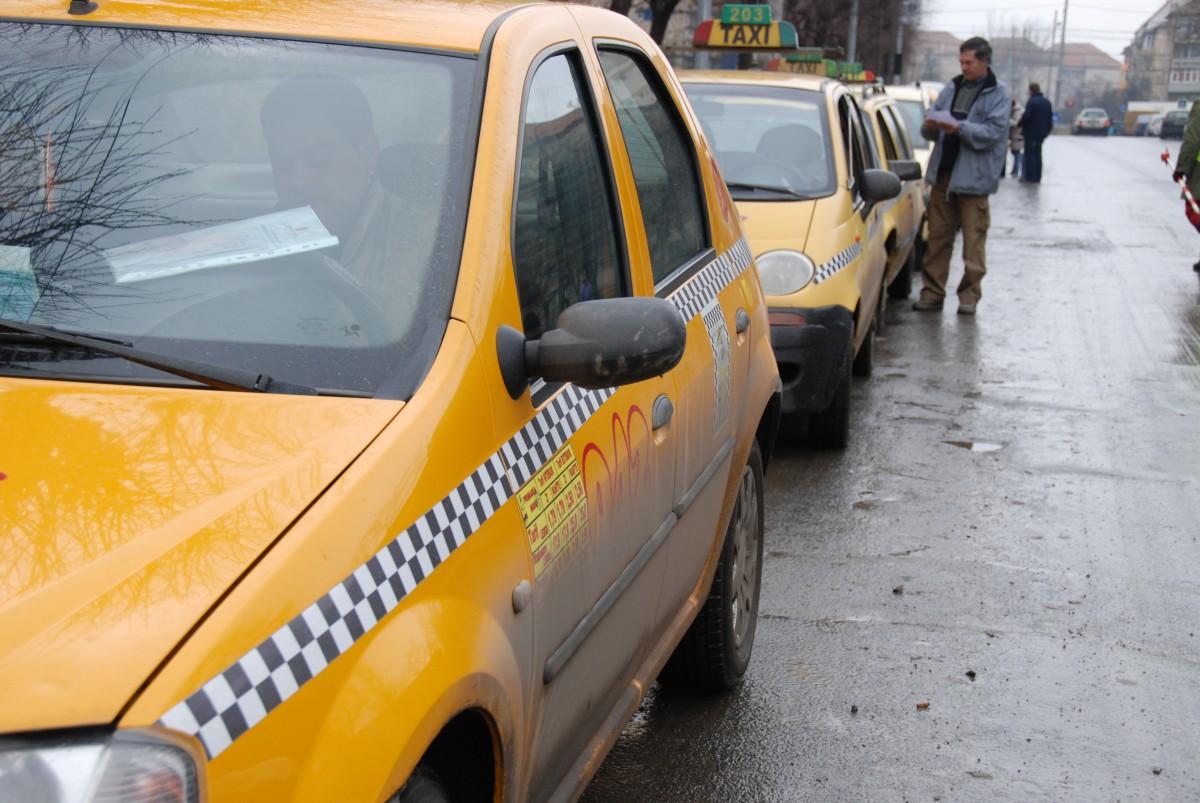Doi tineri medieșeni au fost reținuți după ce ar fi spart și jefuit 12 taxiuri