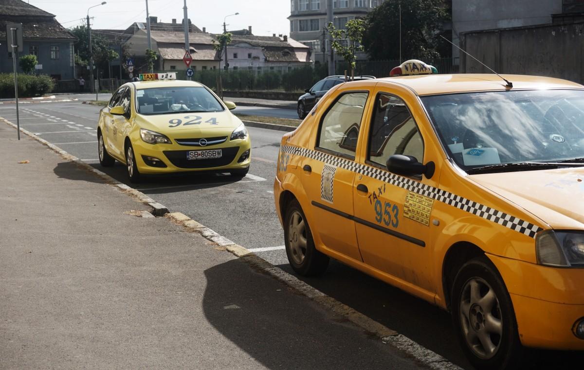 """Cum explică taximetriștii sibieni creșterea prețurilor: """"Nu câștigăm mai mult pentru noi"""""""