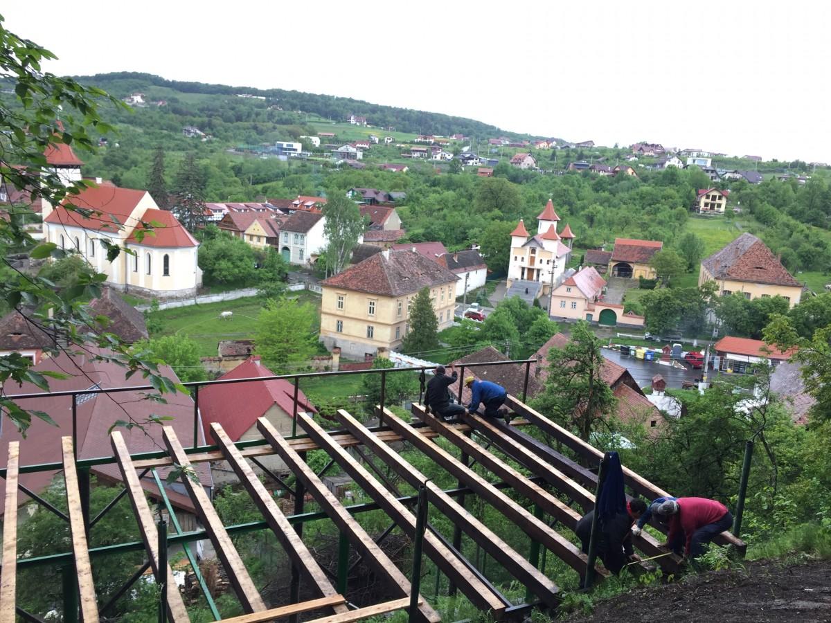 """Chioșc și terasă, pe aleea spre Cetatea Cisnădioara. """"O să ne trezim cu mici și bere"""""""