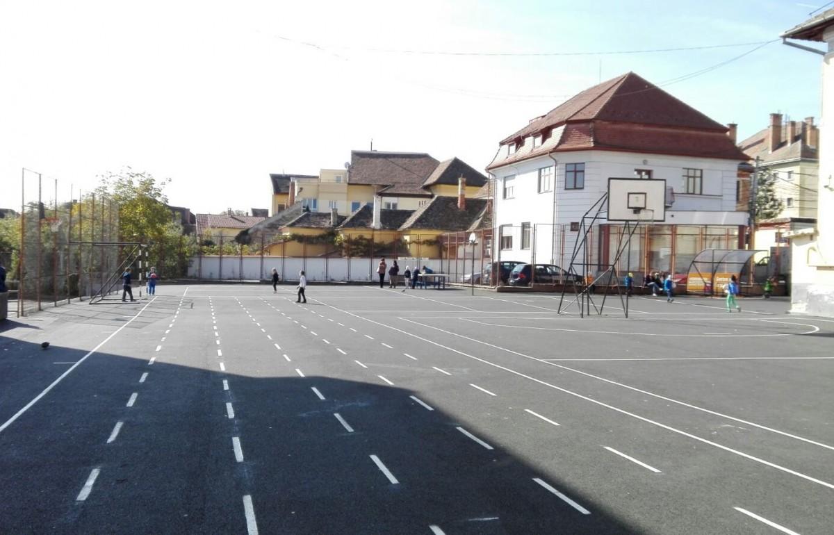 Curțile a 14 școli și licee devin terenuri de sport pentru toți sibienii. Proiectul intră în ședința CL