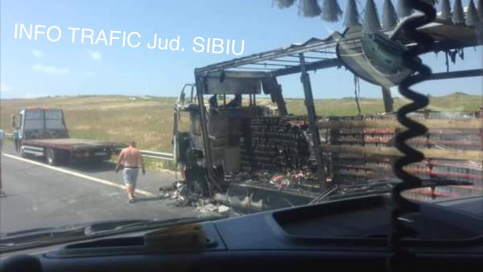 Un TIR încărcat cu băuturi răcoritoare a luat foc pe A1