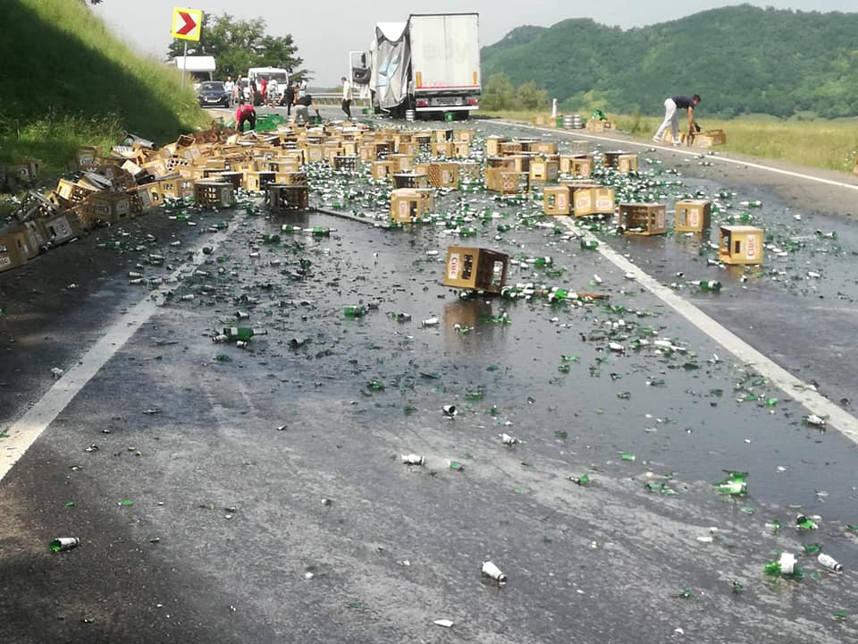FOTO Trafic blocat pe DN14: A căzut berea dintr-un TIR