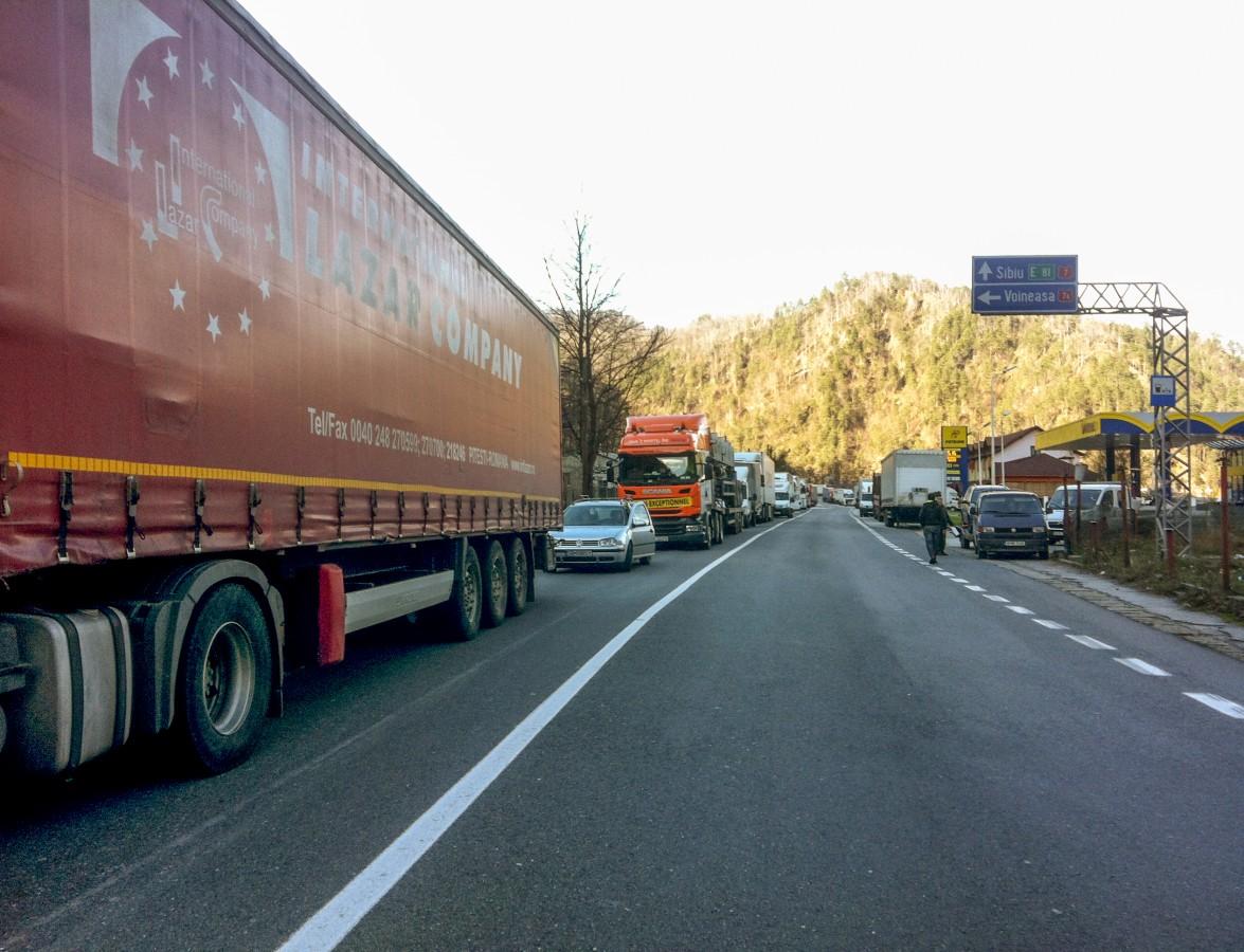 Trafic blocat din nou pe Valea Oltului. Se va circula cu dificultate până la ora 16:00