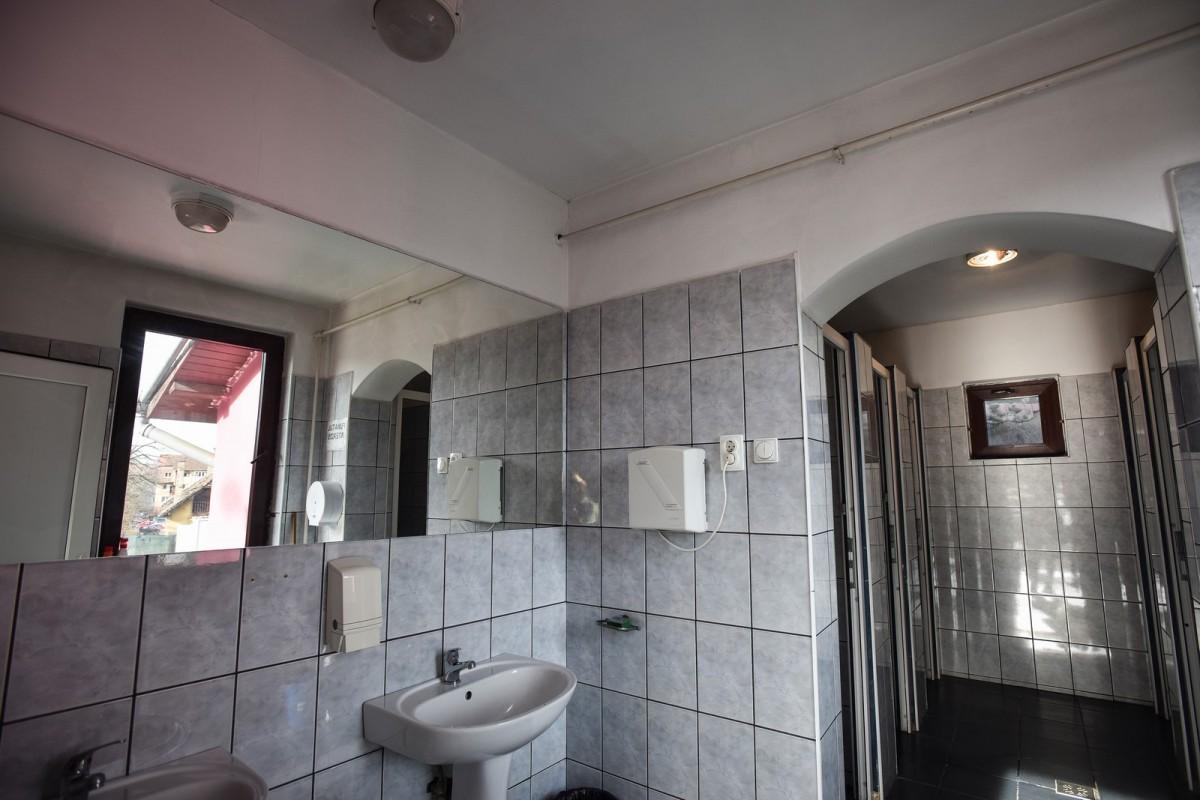 ISJ Sibiu: 22 de școli din județ au toaleta în curte. Primarii contrazic