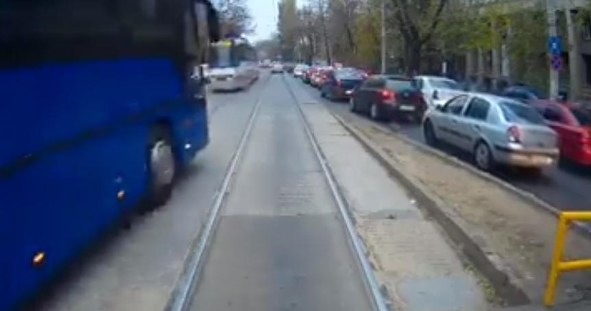 Video| Autocar al Jandarmeriei, filmat în timp ce depăşeşte cu viteză pe linia de tramvai