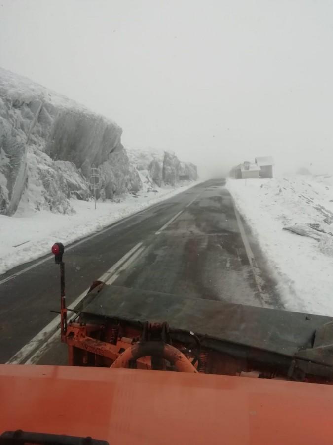Zăpadă groasă de câțiva metri, pe Transfăgărășan   VIDEO