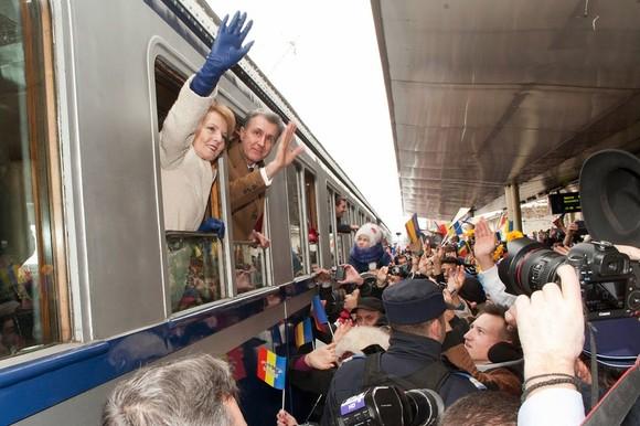 Trenul regal așteptat de sute de oameni la Sinaia. Mâine sosește în Gara Sibiu
