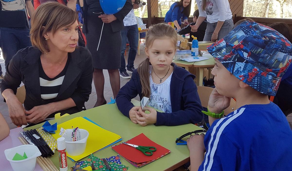 Carmen Iohannis a făcut origami cu cei mici de Ziua Internațională a Conștientizării Autismului