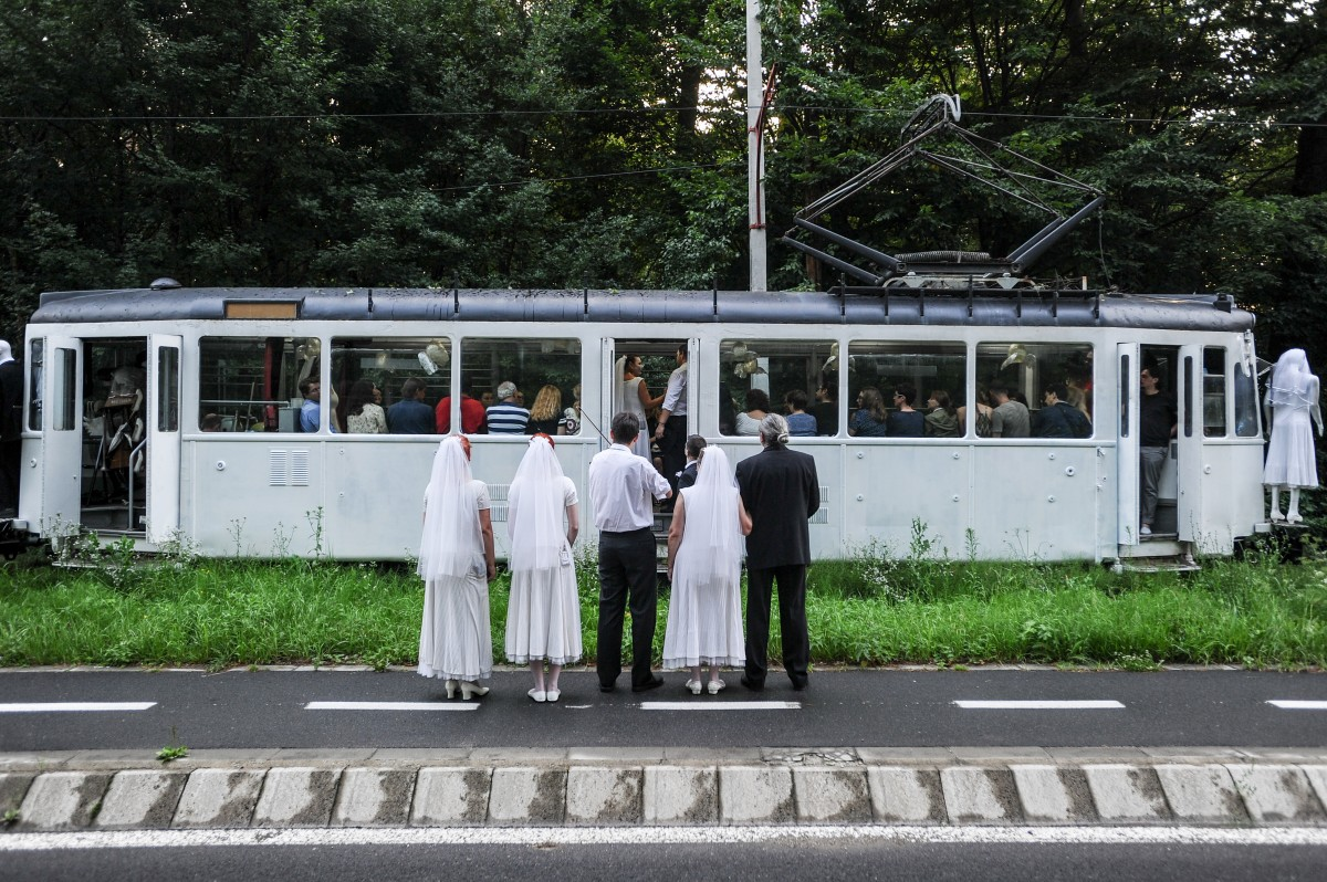"""""""Un tramvai numit Popescu""""-O călătorie inițiatică din care nimeni nu coboară la prima stație"""