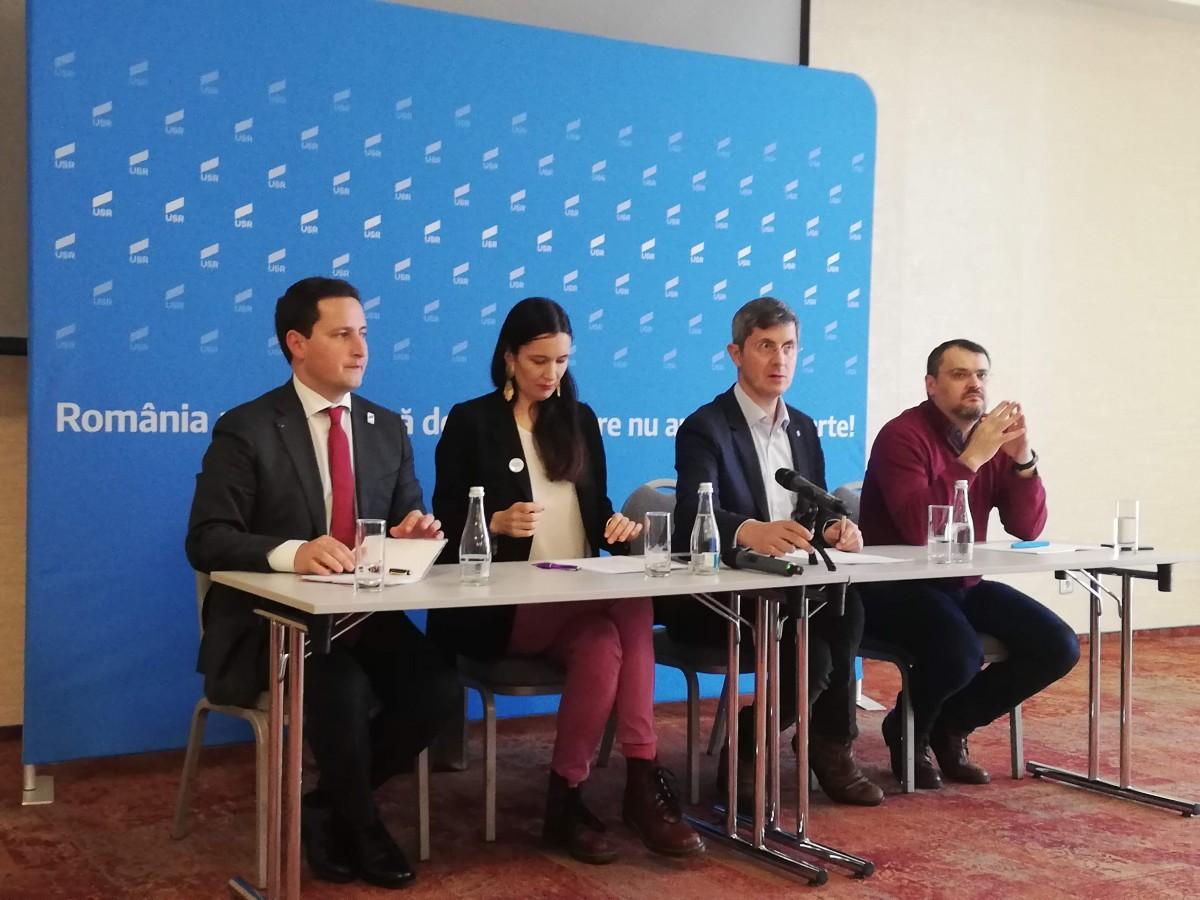 """USR i-a adus la Sibiu pe primii trei candidați la europarlamentare. """"PSD-iștii de la Bruxelles să-și facă bagajele"""""""